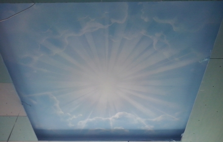 Светящийся потолок днем