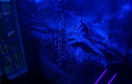 Флуоресцентная светящаяся аэрография потолка и стен