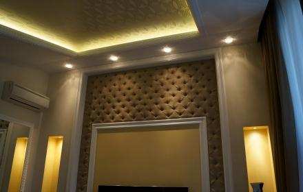 Светящийся потолок в спальне